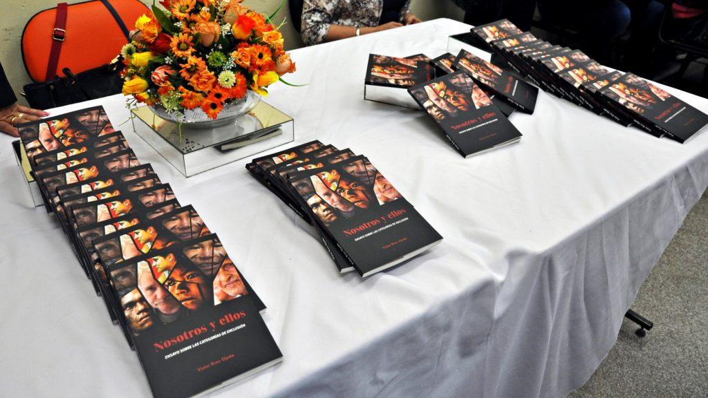 Presentación del Libro 'Nosotros y Ellos' de Víctor Ríos Ojeda (1)